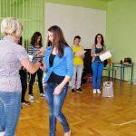 Marta Falińska dziękuje studentce za aktywny udział w zajęciach