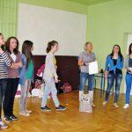 Studentki Pedagogiki z opiekunem Martę Falińską w sali gimnastycznej