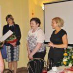Panie Gertruda Gałek i Marta Falińska odbierają podziękowania z rąk rektora prof. MWSE dr hab. Michała Woźniaka