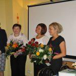 Panie Marta Falińska i Gertruda Gałek z bukietami kwiatów od władz Uczelni