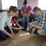 Trzy studentki i jeden student podczas wykonywania projektu