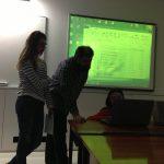 Profesor Pedro Cravo i dwie studentki podczas pokazu prezentacji w sali lekcyjnej