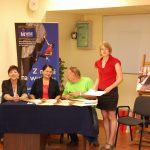 Dr Marzena Bac ogłasza wyniki konkursu przy stole jury