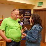 Przewodniczący jury udziela wywiadu reporterce