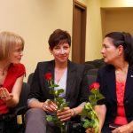 Organizator konkursu dr Marzena Bac z wicekanclerz mgr Renatą Mielak i kanclerz Zofią Kozioł - kanclerz i wicekanclerz trzymają w rękach czerwone róże