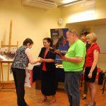 Kanclerz wręcza nagrodę uczestniczce Gertrudzie Gałek