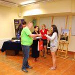 Przewodniczący jury wręcza nagrodę uczestniczce