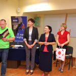 Przewodniczący jury wyczytuje kolejnego nagrodzonego, obok stoją: wicekanclerz mgr Renata Mielak, kanclerz mgr Zofia Kozioł i dr Marzena Bac