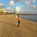 Studentka spaceruje po plaży na Lanzarote