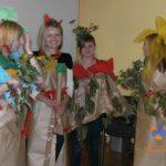 Moda ekologiczna - cztery studentki ubrane w stroje z papieru pakowego, bibuły i zielonych gałązek