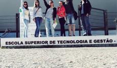 Grupa studentów uczestniczących w programie Erasmus stojąca przed budynkiem Politechniki w Beja