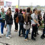 Studenci pedagogiki oczekujący na wejście do Zakładu Karnego
