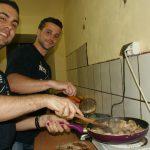 Studenci z Hiszpanii gotują paellę