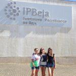 Trzy studentki MWSE stojące przed budynkiem Instytutu Politechnicznego w Beja
