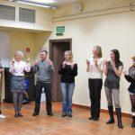 Uczestnicy ćwiczą taniec izraelski 1