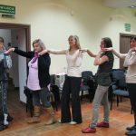 Uczestnicy ćwiczą taniec izraelski 2