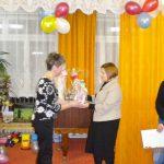Prowadząca zajęcia odebrała podziękowania od dyrektora przedszkola