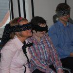 Troje uczestników zajęć z oczyma przysłoniętymi przepaskami