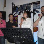 Wkładowcy uczelni w Beja śpiewają podczas wspólnej zabawy karaoke