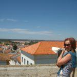 Mgr Anna Mikos na tle panoramy miasta