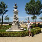 Mgr Anna Karaś na skwerze z pomnikiem