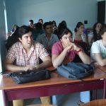 Studenci Instytutu Politechnicznego w Beja siedzą przy stolikach podczas zajęć