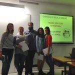 Cztery studentki wraz z profesorem Pedro Cravo w sali wykładowej