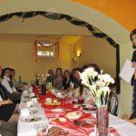 Zaproszeni goście przy wspólnym stole słuchają wystąpienia dr Renaty Smoleń