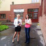 mgr Veronika Brunerova i mgr Karolina Chrabąszcz przed budynkiem uczelni w Pradze