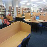 Wnętrze biblioteki uczelnianej