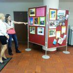 mgr Weronika Brunerova pokazuje mgr Karolinie Chrabąszcz wystawkę poświęconą Programowi Erasmus