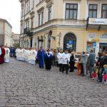 Uczestnicy procesji na ulicy Tarnowa