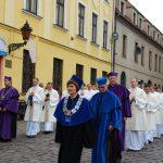 Przedstawiciele władz MWSE w procesji ulicami Tarnowa