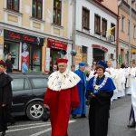 Wicekanclerz mgr Renata Mielak, Rektor prof. Michał Woźniak i Dziekan WZiT dr Jolanta Stanienda w trakcie procesji