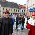 Wicekanclerz mgr Renata Mielak i Rektor prof. Michał Woźniak w trakcie procesji