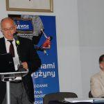 Burmistrz Gorlic Witold Kochan stoi przy mównicy, przy stole obok Starosta Gorlicki Mirosław Wędrychowicz