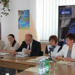 Organizatorzy konferencji przy stole prezydialnym przemawia wicekanclerz Renata Mielak