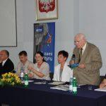 Organizatorzy spotkania za stołem prezydialnym, przemawia prof. dr hab. Leszek Kałkowski