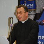 ks. Karl Stehlin podczas wystąpienia
