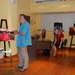 Przewodniczący Jury omawia jedno z wyróznionych zdjęć - w tle prezes i opiekun KNN DOMUSS, organizatora konkursu