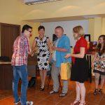 Jeden ze zwycięzców konkursu odbiera nagrodę od Jury