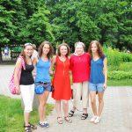 Pięć dziewcząt z koła Paidagogos stoi w alejce parkowej