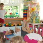 Przedszkolaki ćwiczące na matach