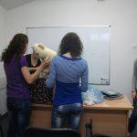 Studentki pakują zabawki i materiały biurowe