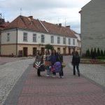 Cztery studentki niosące pakunki z darami na ulicy Wałowej w Tarnowie