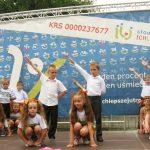 Dzieci przedszkolne w trakcie występu na scenie