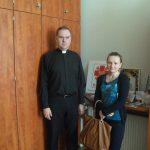 Studentka i ksiądz w biurze Caritas w Tarnowie