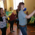 Studenci w takcie tańca dla mamy