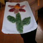 Kwiat z masy solnej na papierowej tacy