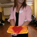 Studentka prezentująca serce z masy solnej